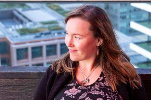 Manuela-Willbold-working-on-laptop-writing-blog-articles-in-London